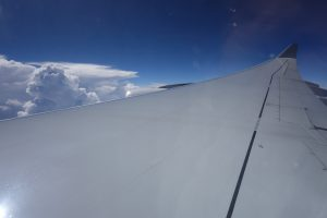 Ein Blick aus dem Flugzeug, direkt am Flügel